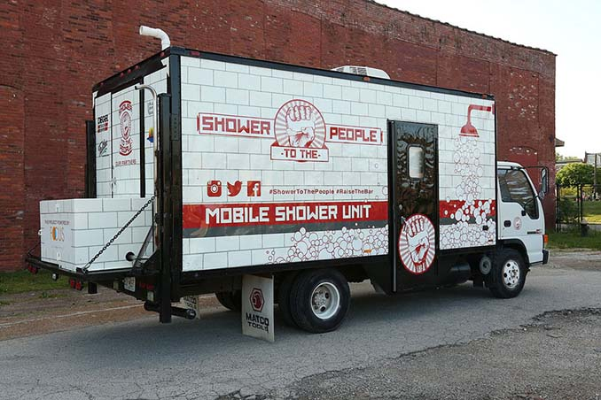 Άνδρας μετέτρεψε ένα παλιό φορτηγό σε κάτι πραγματικά αξιέπαινο (1)