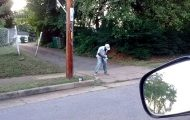 Άνδρας χορεύει στον δρόμο σα να μην έχει καμία απολύτως έγνοια