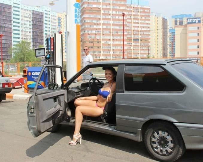 Βενζινάδικο στη Ρωσία προσφέρει δωρεάν βενζίνη σε γυναίκες που φορούν μπικίνι (4)