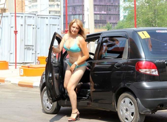 Βενζινάδικο στη Ρωσία προσφέρει δωρεάν βενζίνη σε γυναίκες που φορούν μπικίνι (5)