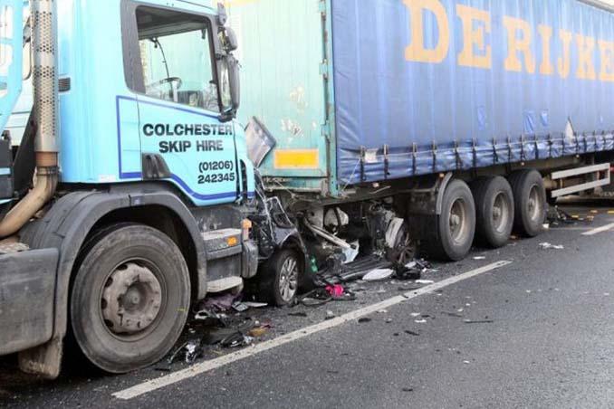 Οδηγός επέζησε από θαύμα όταν το αυτοκίνητο της συνεθλίβη ανάμεσα σε 2 νταλίκες (3)