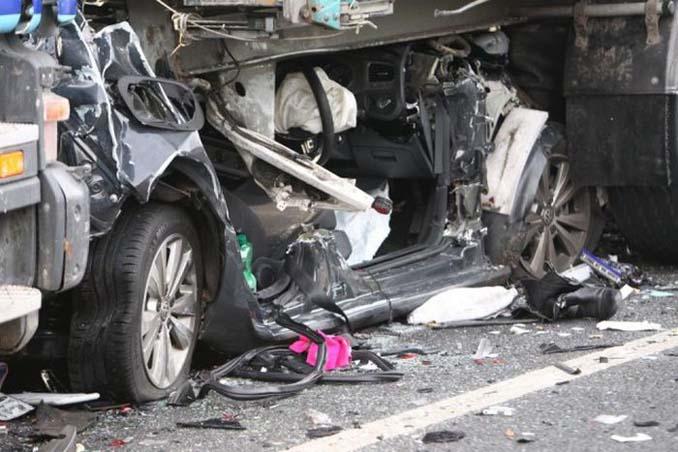 Οδηγός επέζησε από θαύμα όταν το αυτοκίνητο της συνεθλίβη ανάμεσα σε 2 νταλίκες (4)
