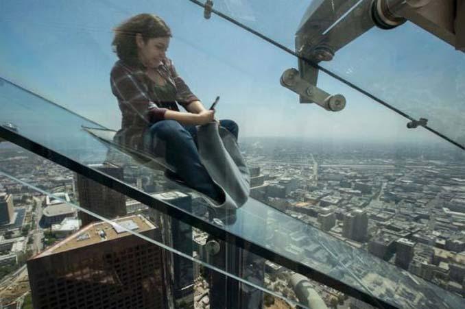 Θα τολμούσατε να μπείτε σε αυτή την γυάλινη τσουλήθρα στον 70ο όροφο; (3)