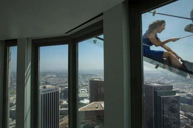 Θα τολμούσατε να μπείτε σε αυτή την γυάλινη τσουλήθρα στον 70ο όροφο; (4)
