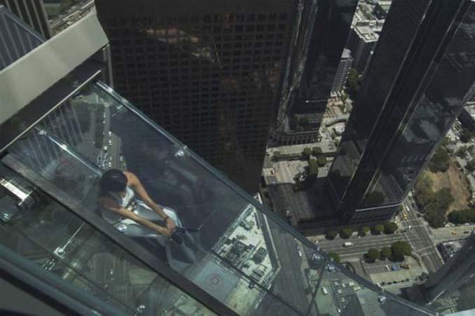 Θα τολμούσατε να μπείτε σε αυτή την γυάλινη τσουλήθρα στον 70ο όροφο; (5)