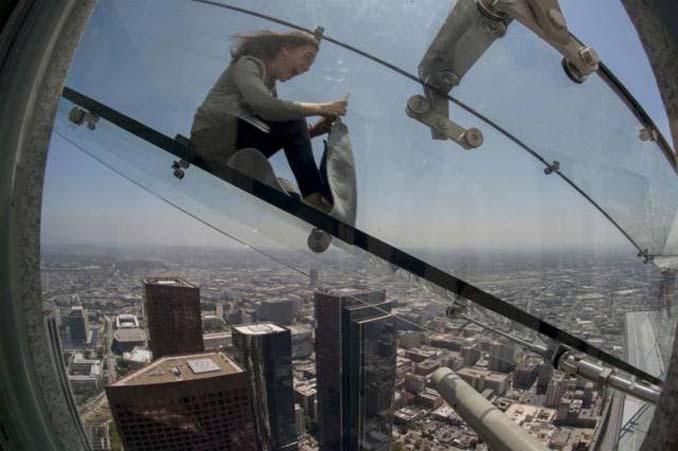Θα τολμούσατε να μπείτε σε αυτή την γυάλινη τσουλήθρα στον 70ο όροφο; (6)