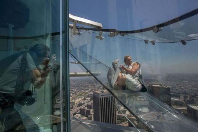Θα τολμούσατε να μπείτε σε αυτή την γυάλινη τσουλήθρα στον 70ο όροφο; (7)
