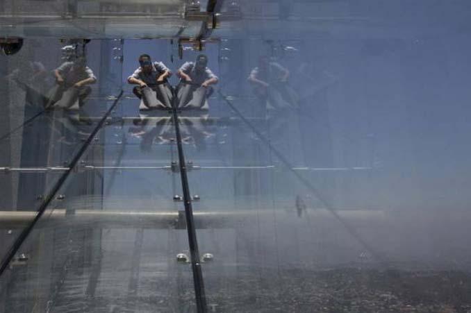Θα τολμούσατε να μπείτε σε αυτή την γυάλινη τσουλήθρα στον 70ο όροφο; (8)