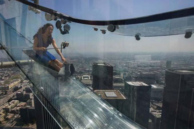 Θα τολμούσατε να μπείτε σε αυτή την γυάλινη τσουλήθρα στον 70ο όροφο; (11)