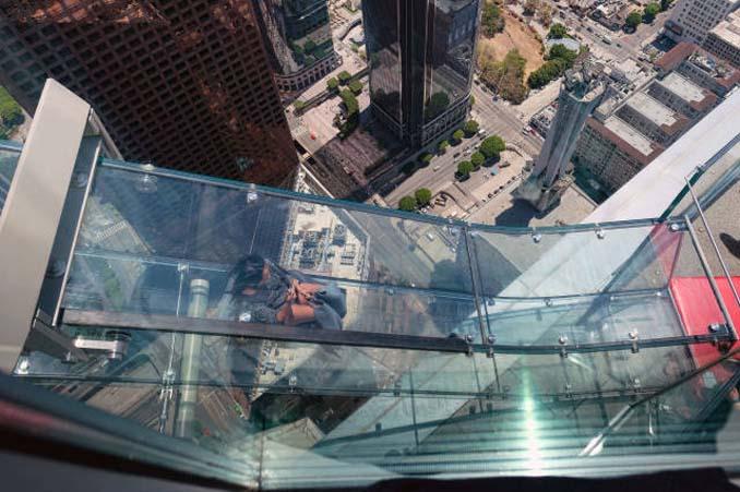 Θα τολμούσατε να μπείτε σε αυτή την γυάλινη τσουλήθρα στον 70ο όροφο; (13)