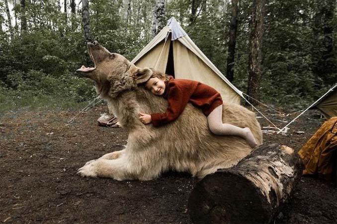 Κατοικίδια αρκούδα συμμετέχει στην οικογενειακή φωτογράφιση (1)