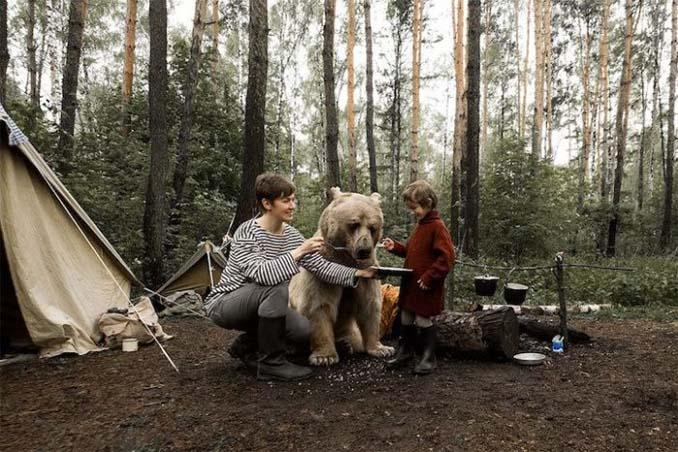 Κατοικίδια αρκούδα συμμετέχει στην οικογενειακή φωτογράφιση (4)