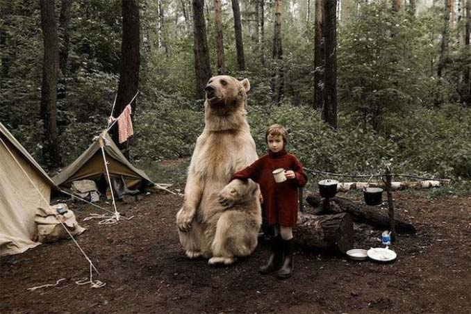 Κατοικίδια αρκούδα συμμετέχει στην οικογενειακή φωτογράφιση (7)