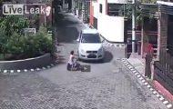 Κοριτσάκι χτυπήθηκε και πατήθηκε από αυτοκίνητο αλλά σηκώθηκε και περπάτησε