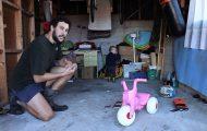 Μπαμπάς δείχνει πως μαθαίνει το μωρό του να κάνει ποδήλατο