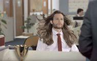 Ξεκαρδιστική διαφήμιση δείχνει τι συμβαίνει όταν οι άνδρες χρησιμοποιούν γυναικείο σαμπουάν