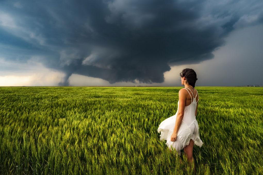 Ποζάροντας μπροστά από έναν ανεμοστρόβιλο | Φωτογραφία της ημέρας