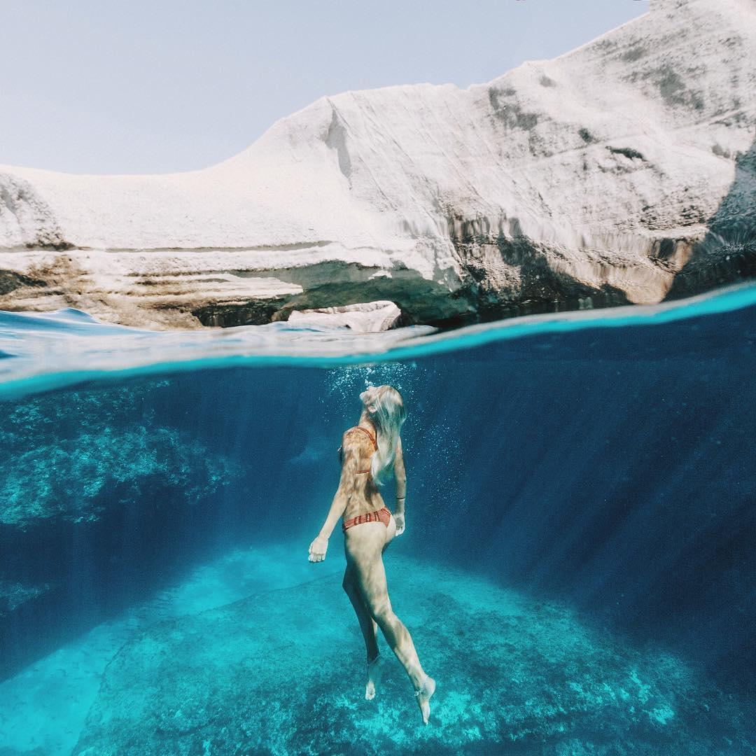 Κολυμπώντας στα κρυστάλλινα νερά της Μήλου | Φωτογραφία της ημέρας