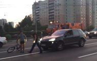Ποδηλάτης διέσχιζε τον δρόμο και ξαφνικά συνέβη κάτι απίστευτο