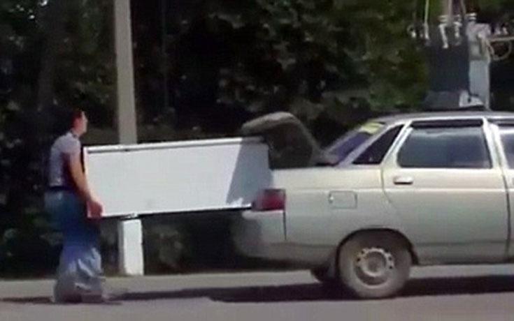 Το ψυγείο δεν χωρούσε στο αυτοκίνητο κι έτσι βρήκαν αυτή την λύση