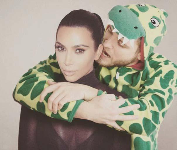 Σπεσιαλίστας του Photoshop εισβάλλει σε φωτογραφίες φορώντας πυτζάμα δεινοσαύρου (2)