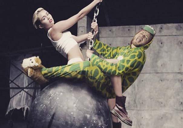 Σπεσιαλίστας του Photoshop εισβάλλει σε φωτογραφίες φορώντας πυτζάμα δεινοσαύρου (5)