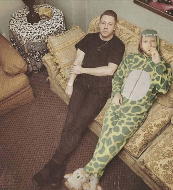 Σπεσιαλίστας του Photoshop εισβάλλει σε φωτογραφίες φορώντας πυτζάμα δεινοσαύρου (16)