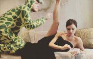Σπεσιαλίστας του Photoshop εισβάλλει σε φωτογραφίες φορώντας πυτζάμα δεινοσαύρου (17)