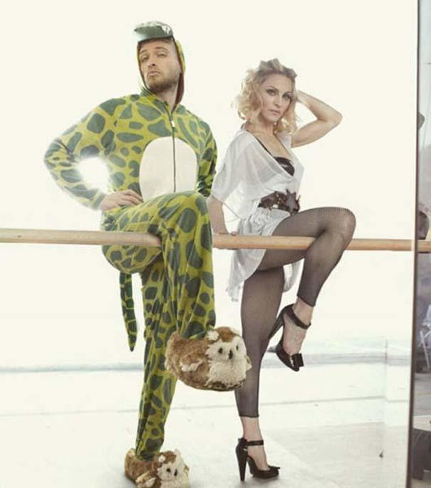 Σπεσιαλίστας του Photoshop εισβάλλει σε φωτογραφίες φορώντας πυτζάμα δεινοσαύρου (18)