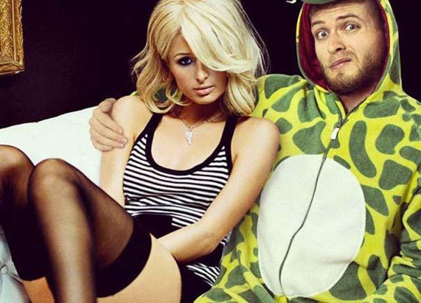 Σπεσιαλίστας του Photoshop εισβάλλει σε φωτογραφίες φορώντας πυτζάμα δεινοσαύρου (21)