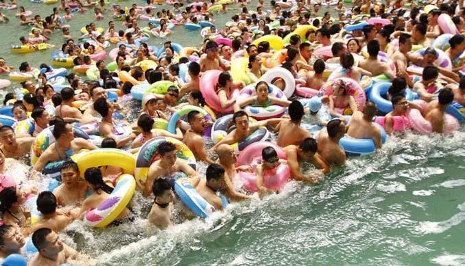 Χιλιάδες τουρίστες στην μεγαλύτερη εσωτερική πισίνα της Κίνας (1)