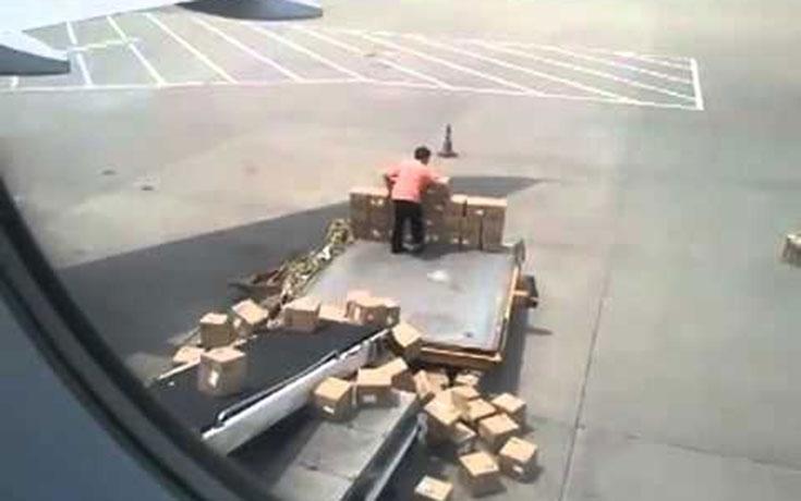 Αυτός ο υπάλληλος αεροδρομίου είναι σα να παρακαλάει για απόλυση