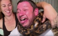Άνδρας χωρίς εμπειρία προσπαθεί να πιάσει πύθωνα και αυτός τυλίγεται γύρω από τον λαιμό του