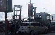 Απομάκρυνση αυτοκινήτου με γερανό σε αεροδρόμιο