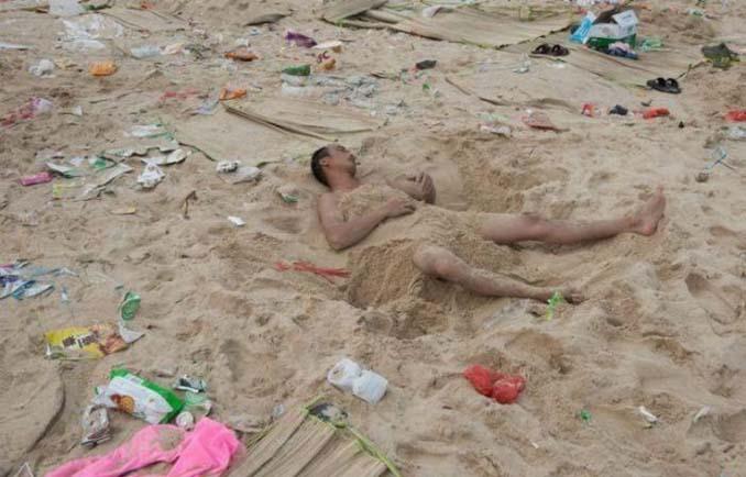 Εν τω μεταξύ, σε μια «ονειρεμένη» παραλία της Κίνας... (1)