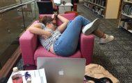 Φοιτήτρια αποκοιμήθηκε στην βιβλιοθήκη της σχολής και οι χρήστες του Photoshop ξεσάλωσαν (1)