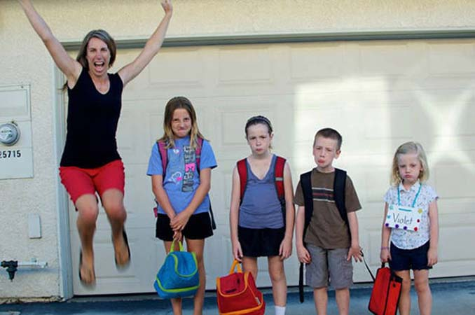 Ξεκαρδιστικές αντιδράσεις γονιών για την πρώτη μέρα των παιδιών τους στο σχολείο (16)