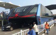 Κυκλοφόρησε το πρώτο λεωφορείο που περνάει πάνω από τα αυτοκίνητα (4)