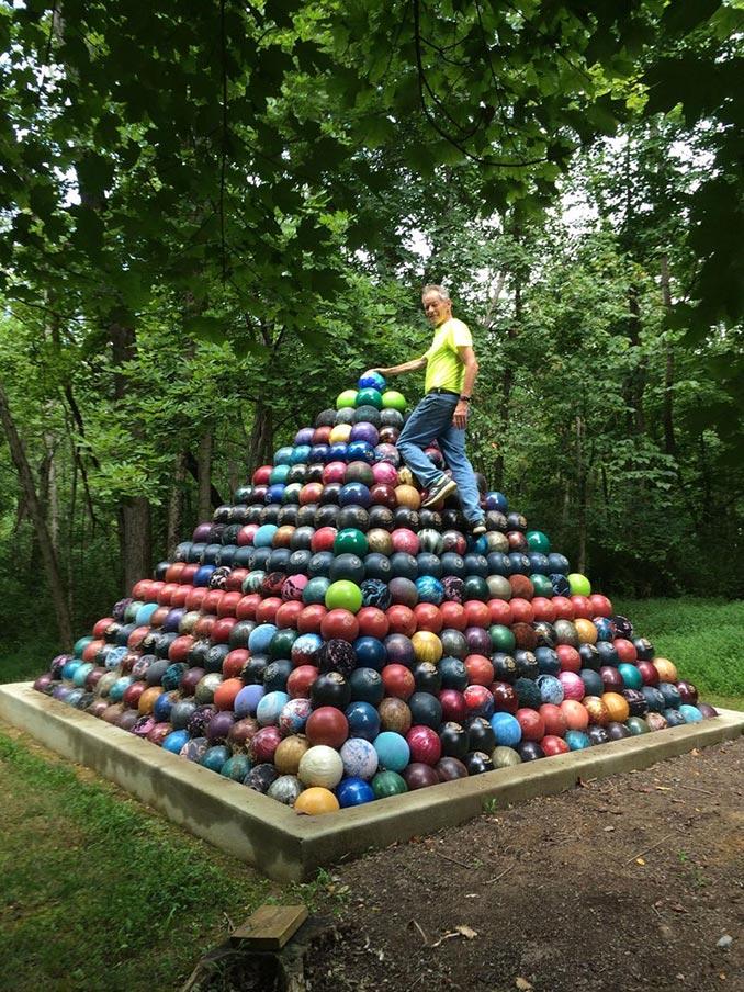 Πυραμίδα από 1785 μπάλες του bowling   Φωτογραφία της ημέρας