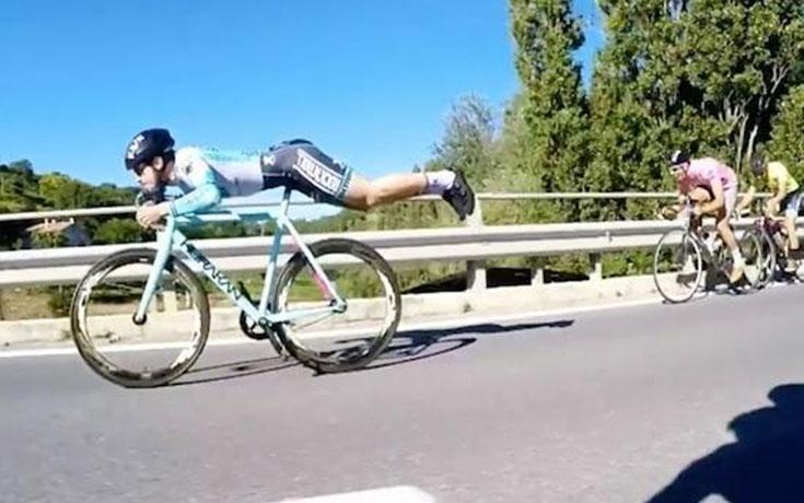 Ποδηλάτης περνάει όλους του τους αντιπάλους με κίνηση «Superman»