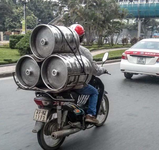 Δεν θα πιστεύετε τι μπορεί να μεταφέρει ένα μηχανάκι (2)