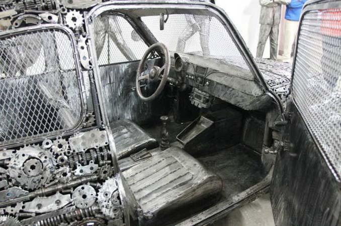 Καλλιτέχνες δημιούργησαν εντυπωσιακά γλυπτά αυτοκινήτων με παλιοσίδερα (11)