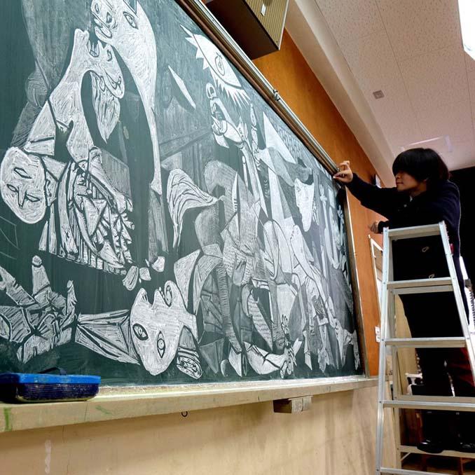 Καθηγητής από την Ιαπωνία εκπλήσσει τους μαθητές του με απίστευτα έργα τέχνης στον πίνακα (5)