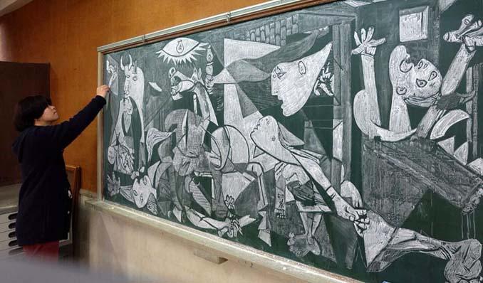 Καθηγητής από την Ιαπωνία εκπλήσσει τους μαθητές του με απίστευτα έργα τέχνης στον πίνακα (6)