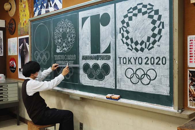 Καθηγητής από την Ιαπωνία εκπλήσσει τους μαθητές του με απίστευτα έργα τέχνης στον πίνακα (3)