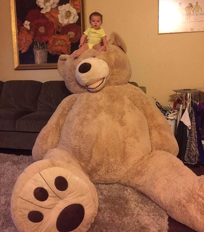 Παππούς πήρε στην εγγονή του ένα υπερβολικά γιγάντιο αρκουδάκι και το Internet τρελάθηκε (5)