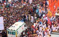 Πλήθος συντονίζεται για να περάσει ασθενοφόρο