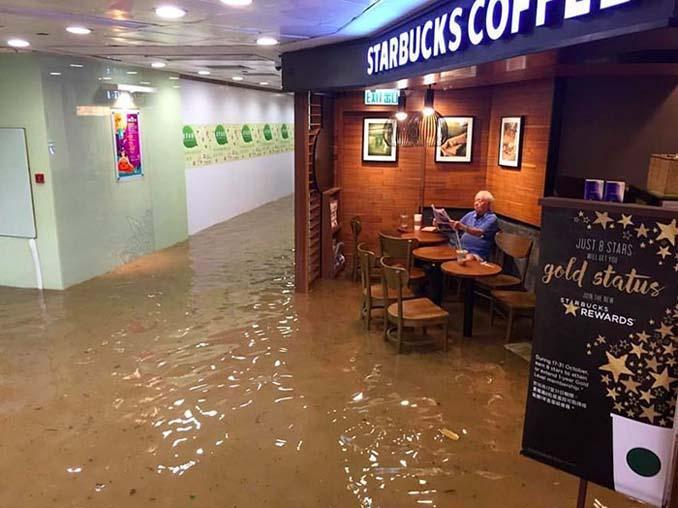 Άνδρας που διαβάζει ατάραχος εφημερίδα εν μέσω πλημμύρας, γίνεται αφορμή για ξεκαρδιστικό Photoshop Battle (1)
