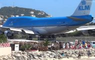 Απογείωση αεροπλάνου εκτόξευσε δεκάδες ανθρώπους στην θάλασσα
