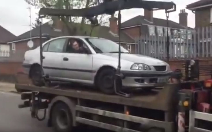 Είδε έναν γερανό να του παίρνει το αυτοκίνητο και αντέδρασε με μια καταστροφική γκάφα